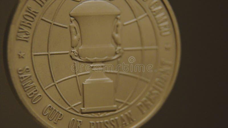 与三色丝带特写镜头的金牌 第一个地方的奖牌在柔道的竞争中 胜利的奖牌 免版税库存照片
