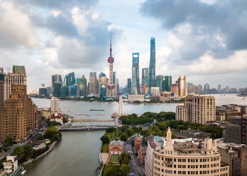 与上升在Haung上的摩天大楼的上海地平线鸟瞰图 免版税库存照片
