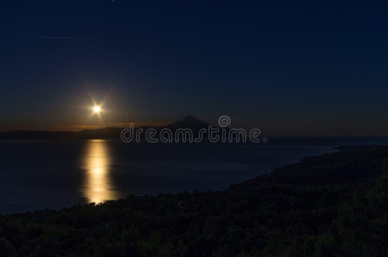 与上升在Sithonia,哈尔基季基州,希腊的月亮的夜场面 库存图片