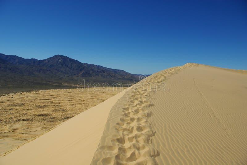 与上帝山,加利福尼亚的莫哈韦沙漠沙丘 免版税图库摄影