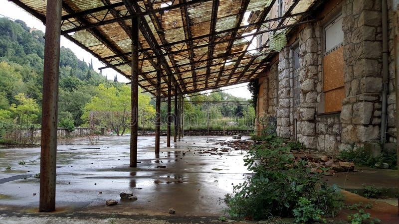与上的窗口和残破的屋顶的被放弃的旅馆大阳台 免版税图库摄影