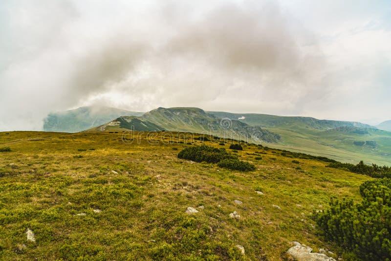 与上面云彩的山风景 免版税库存图片
