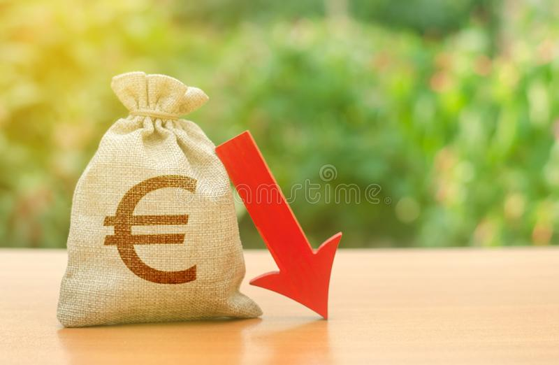 与下来欧元标志和红色箭头的金钱袋子 投资减少的赢利和流动资产  减少的税收入,经济 免版税图库摄影