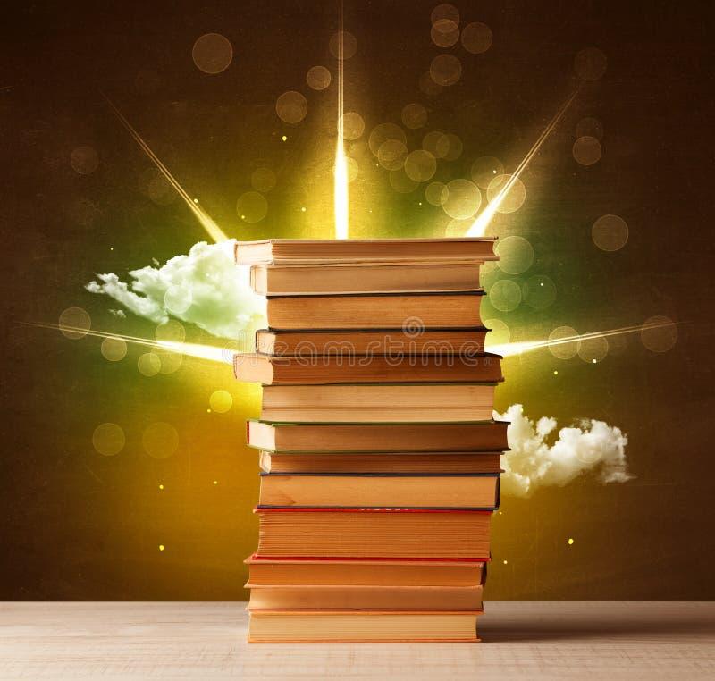 与不可思议的光和五颜六色的云彩光芒的不可思议的书  库存例证