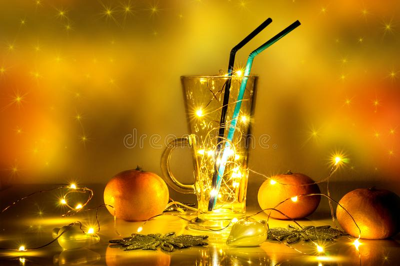 与不可思议的光的一块被仔细考虑的酒玻璃在它 库存图片