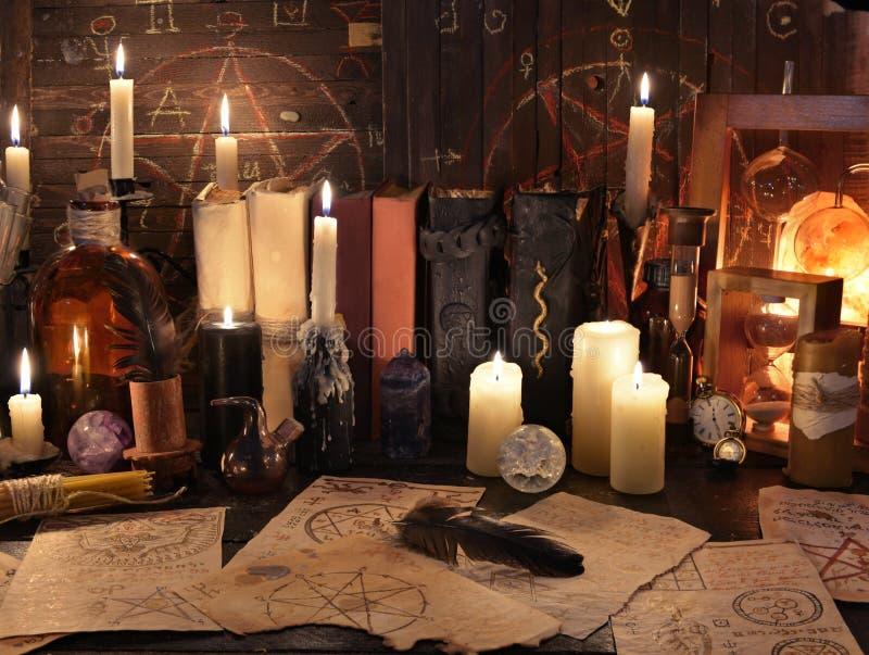 与不可思议的对象、书和蜡烛的神秘的静物画 库存照片