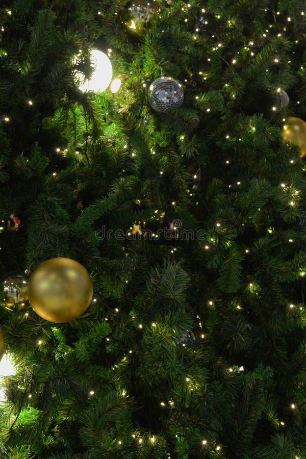 与不可思议的装饰的圣诞树特写镜头 图库摄影