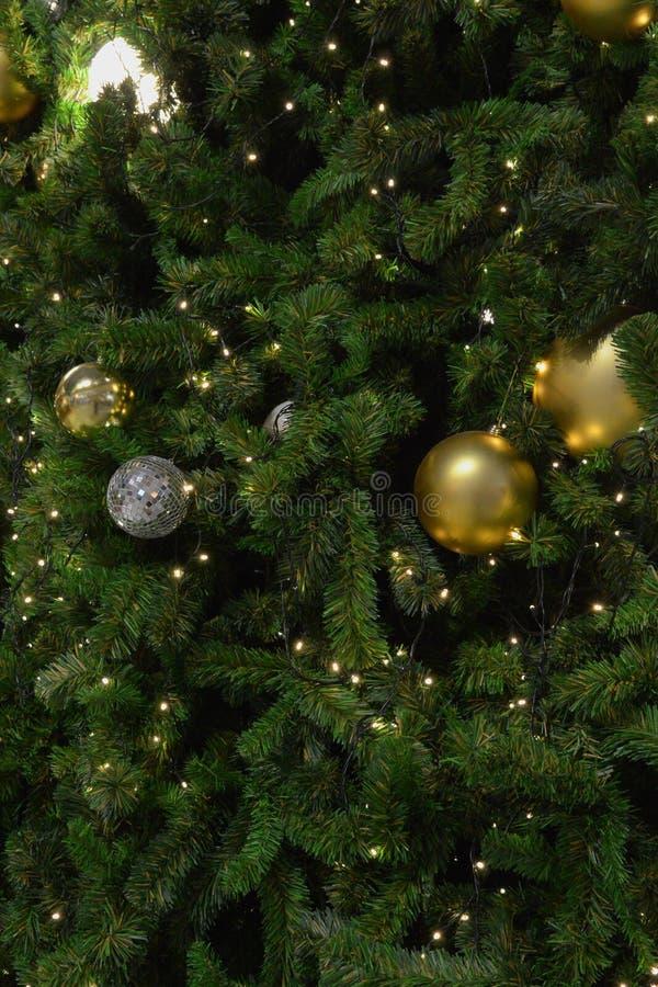 与不可思议的装饰的圣诞树特写镜头 库存图片