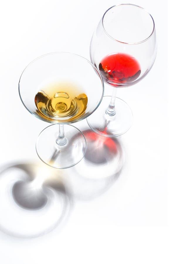 与不同颜色饮料的玻璃玻璃在白色背景的 顶视图 一个酒精鸡尾酒的概念 免版税库存图片