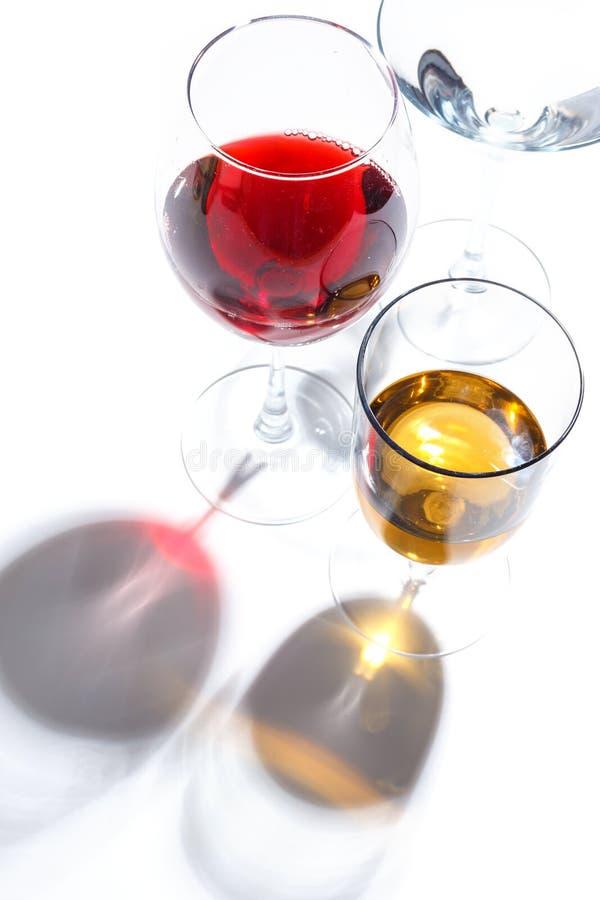 与不同颜色饮料的玻璃玻璃在白色背景的 顶视图 一个酒精鸡尾酒的概念 库存照片