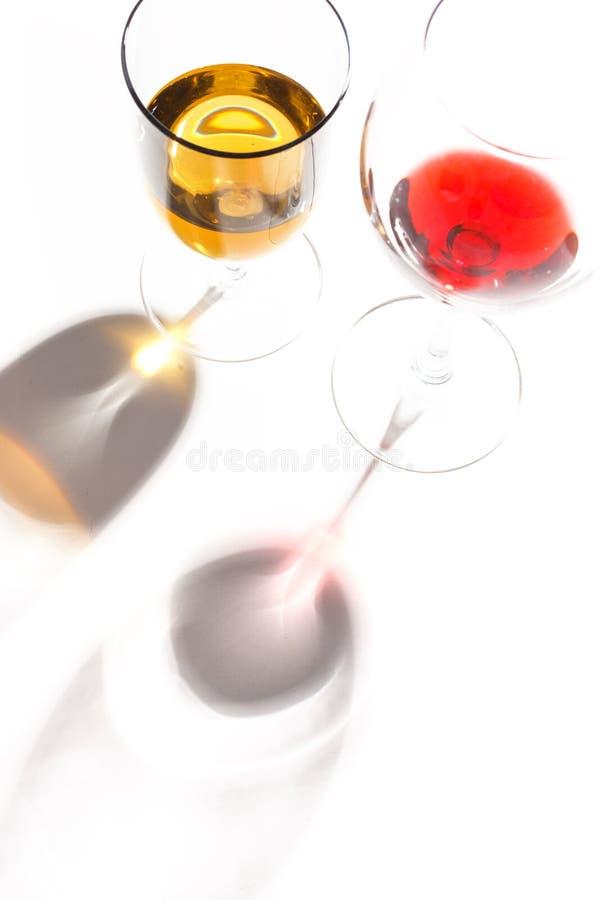 与不同颜色饮料的玻璃玻璃在白色背景的 顶视图 一个酒精鸡尾酒的概念 免版税图库摄影