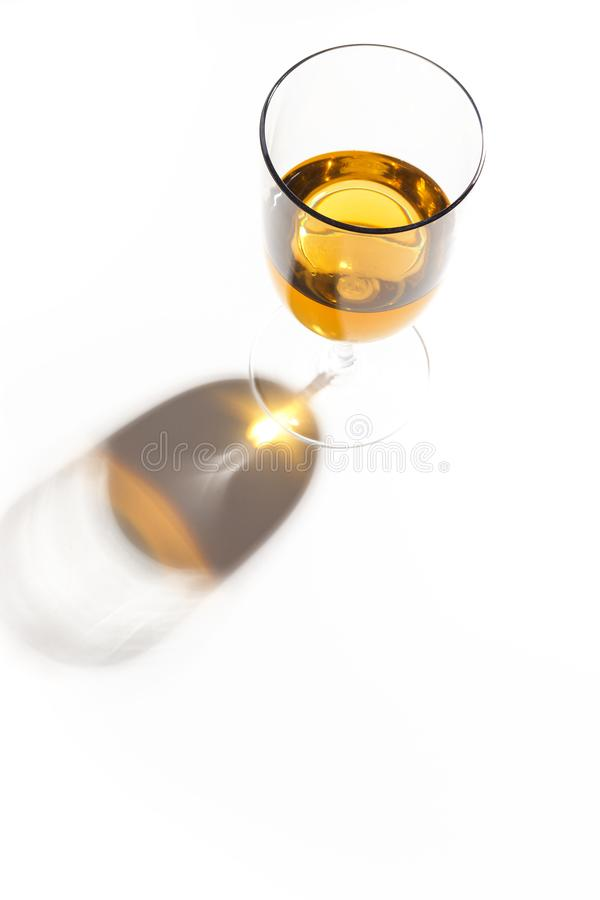 与不同颜色饮料的玻璃玻璃在白色背景的 顶视图 一个酒精鸡尾酒的概念 图库摄影