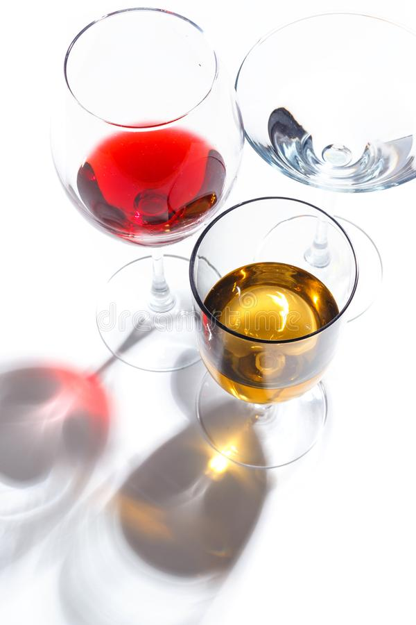 与不同颜色饮料的玻璃玻璃在白色背景的 顶视图 一个酒精鸡尾酒的概念 库存图片