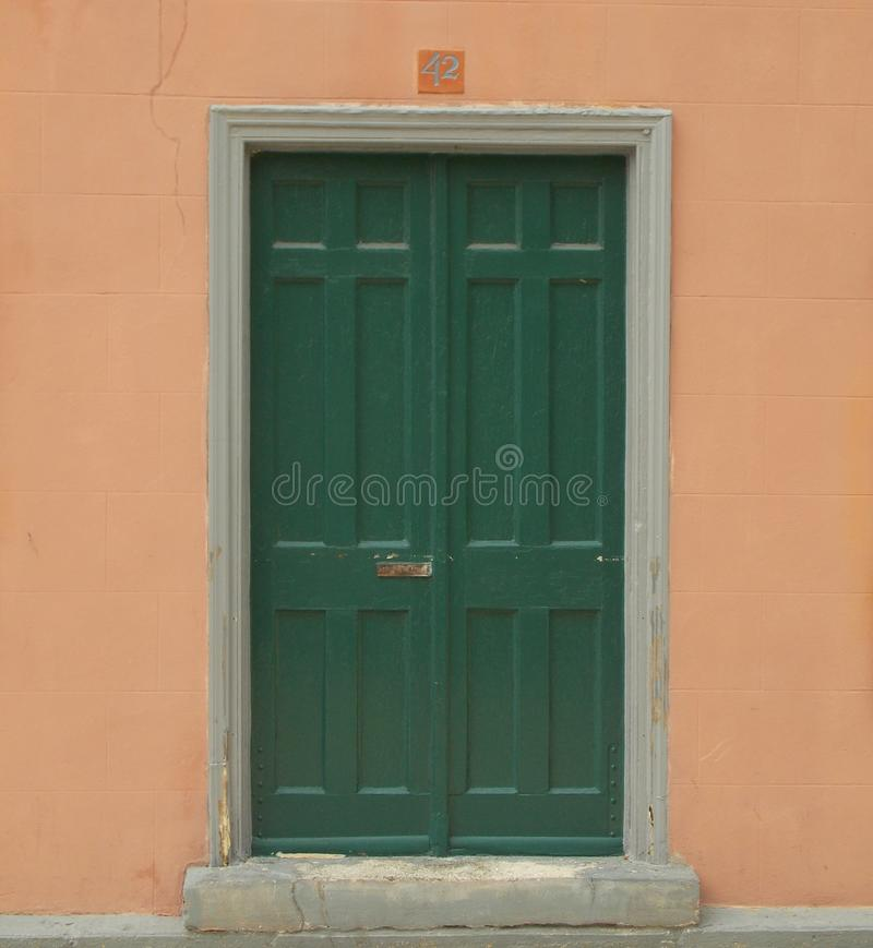 与不祥的数字的绿色门 库存图片
