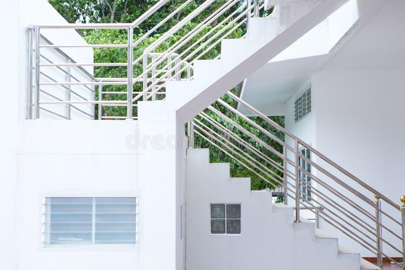与不锈钢扶手栏杆的具体楼梯 免版税库存照片