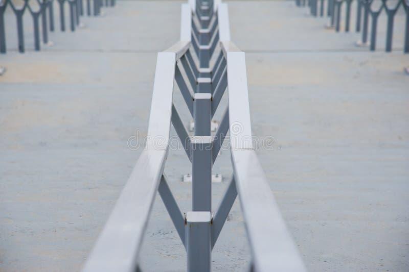 与不锈钢扶手栏杆的室外具体楼梯 免版税库存图片