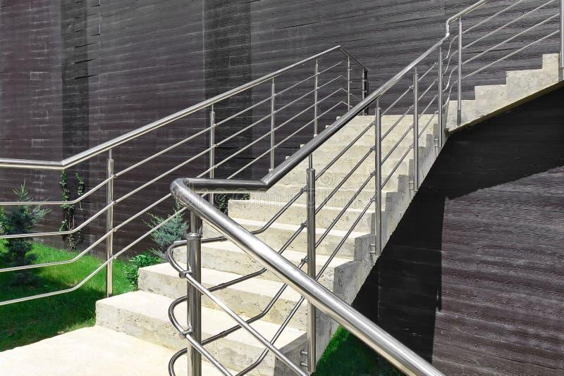 与不锈钢扶手栏杆的室外具体楼梯 库存图片