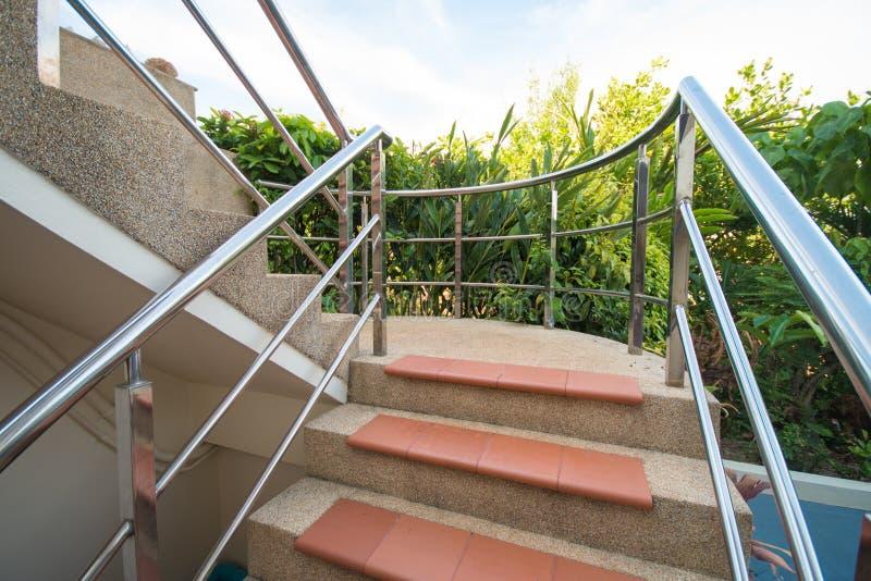 与不锈钢扶手栏杆的石楼梯 库存照片