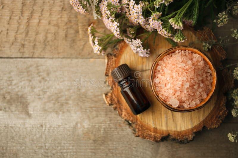 与与植物和腌制槽用食盐的温泉静物画在木背景,拷贝空间 秋天温泉和芳香疗法,秋天仍然秋天温泉 免版税图库摄影