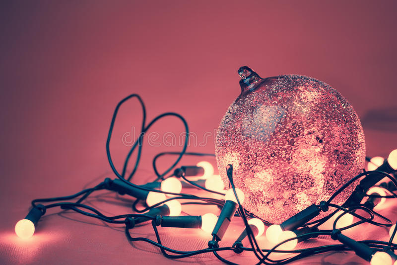 与与诗歌选的装饰球在圣诞节假日点燃 免版税库存图片