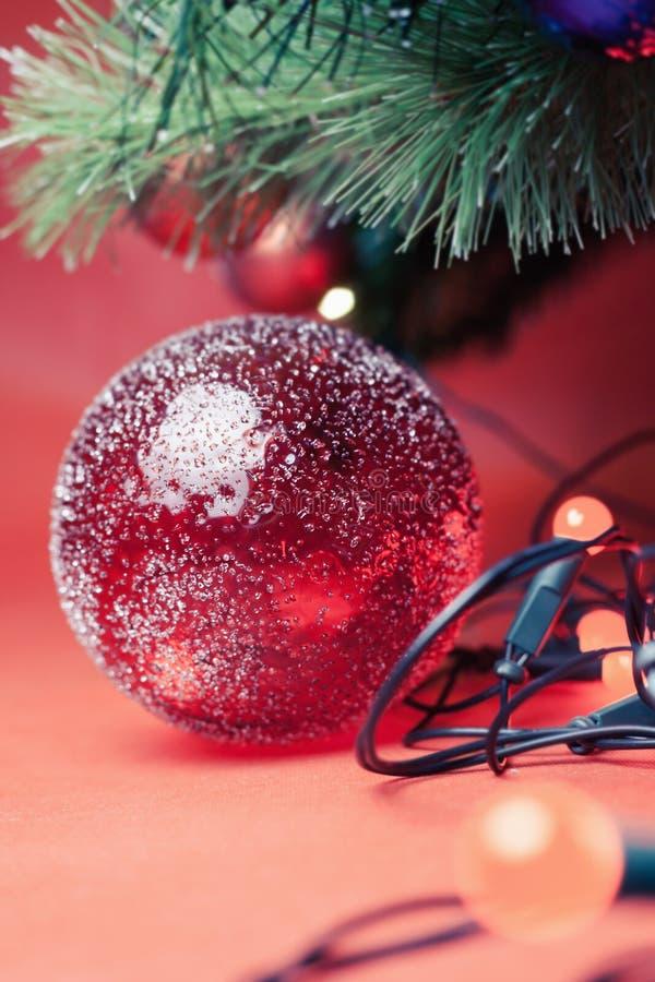 与与诗歌选的装饰球在圣诞节假日点燃 库存图片