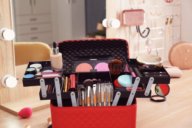与专业构成产品和工具的美容师事例在梳妆台上 图库摄影
