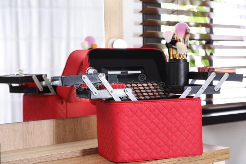 与专业构成产品和工具的美容师事例 库存图片