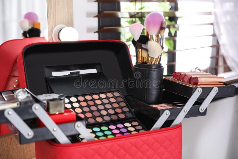 与专业构成产品和工具的美容师事例 免版税库存照片