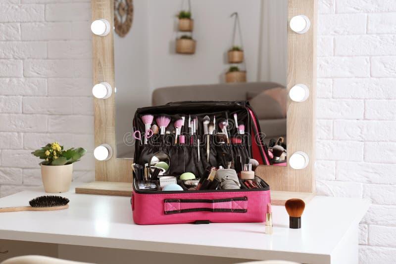 与专业构成产品和工具的美容师事例 免版税库存图片