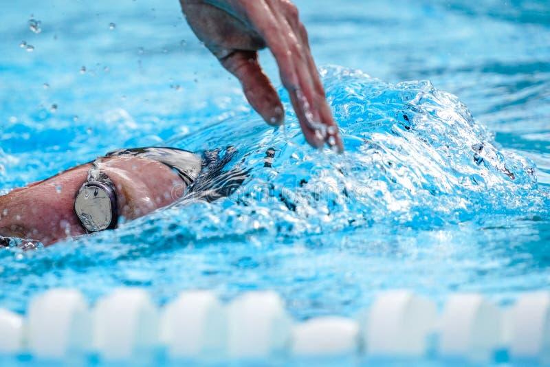 与专业运动员游泳的细节 免版税库存照片