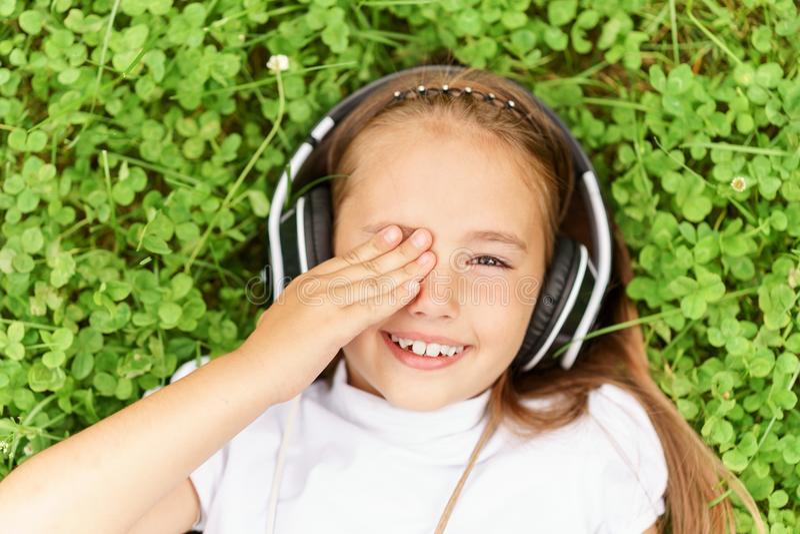 与专业DJ耳机的女孩听的音乐 免版税库存照片