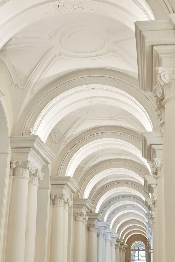 与专栏的白色曲拱在寺庙 免版税库存图片