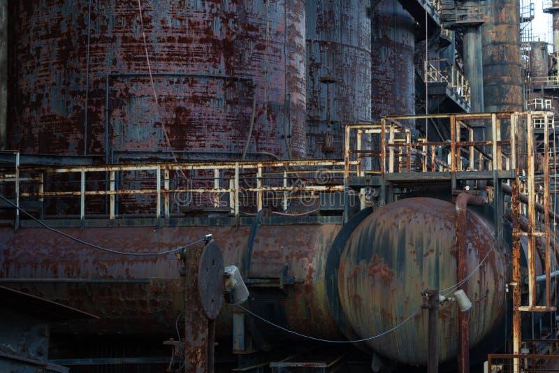 与专栏管和走道的腐朽的工业场面,生锈剥油漆 图库摄影
