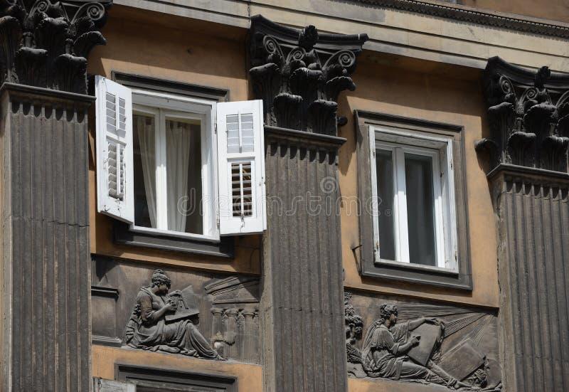 与专栏,安心,在Corso意大利的里雅斯特的窗口的门面 免版税库存照片