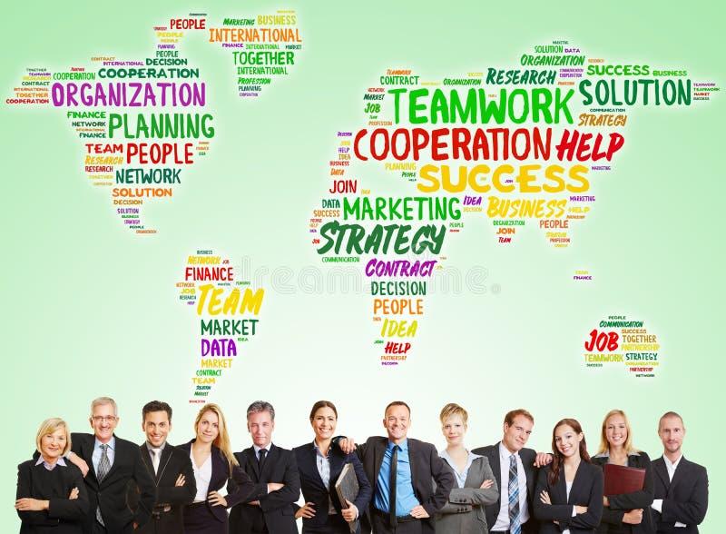 与世界地图的商务咨询队 库存照片