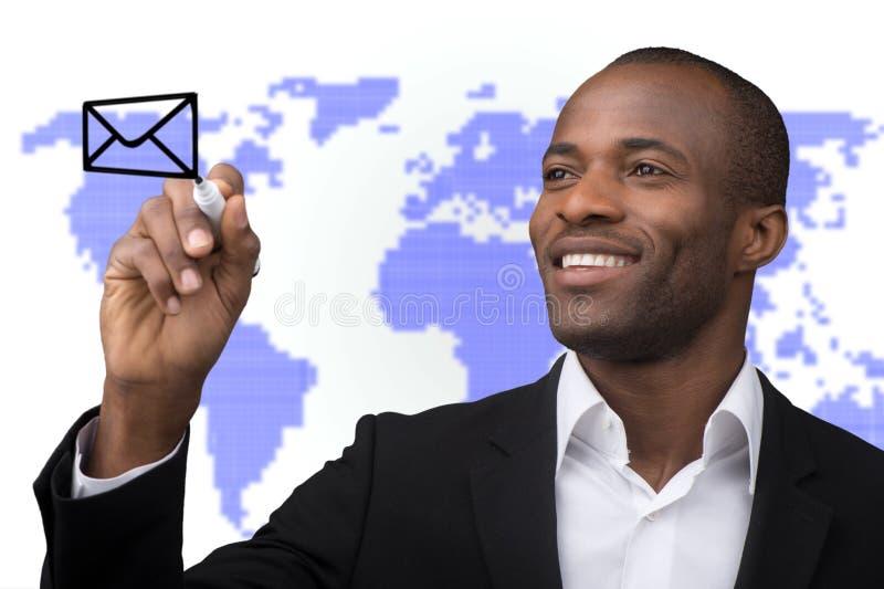 与世界邮件交付的商人在世界地图背景 图库摄影