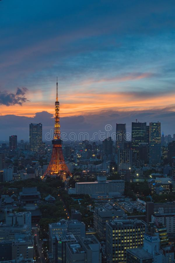 与东京塔的东京,日本都市风景在微明 免版税库存图片