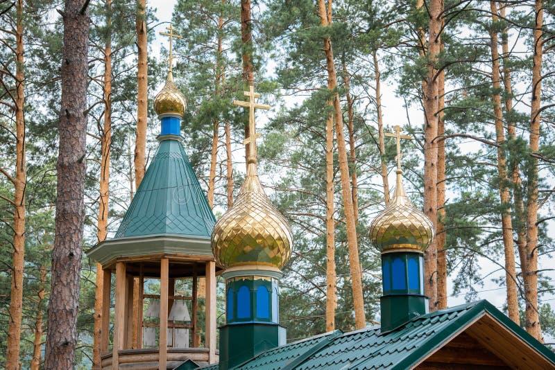 与东正教的十字架的金黄圆顶 库存图片