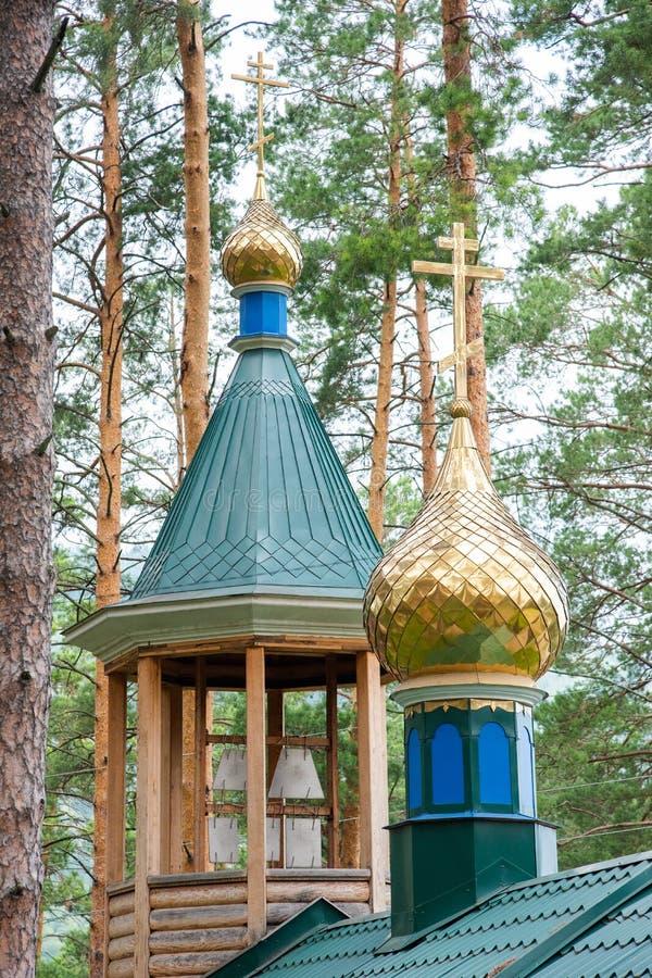 与东正教的十字架的金黄圆顶 免版税图库摄影