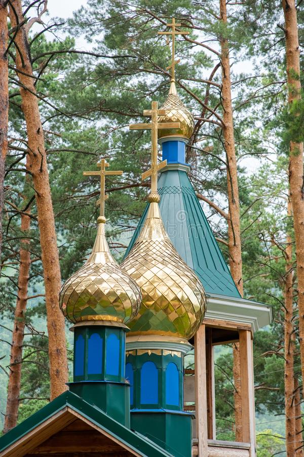与东正教的十字架的金黄圆顶 图库摄影
