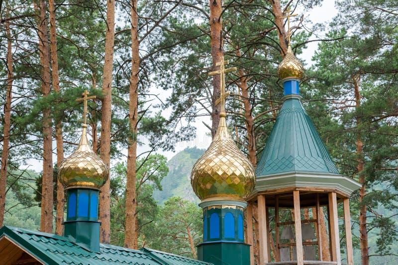 与东正教的十字架的金黄圆顶 库存照片