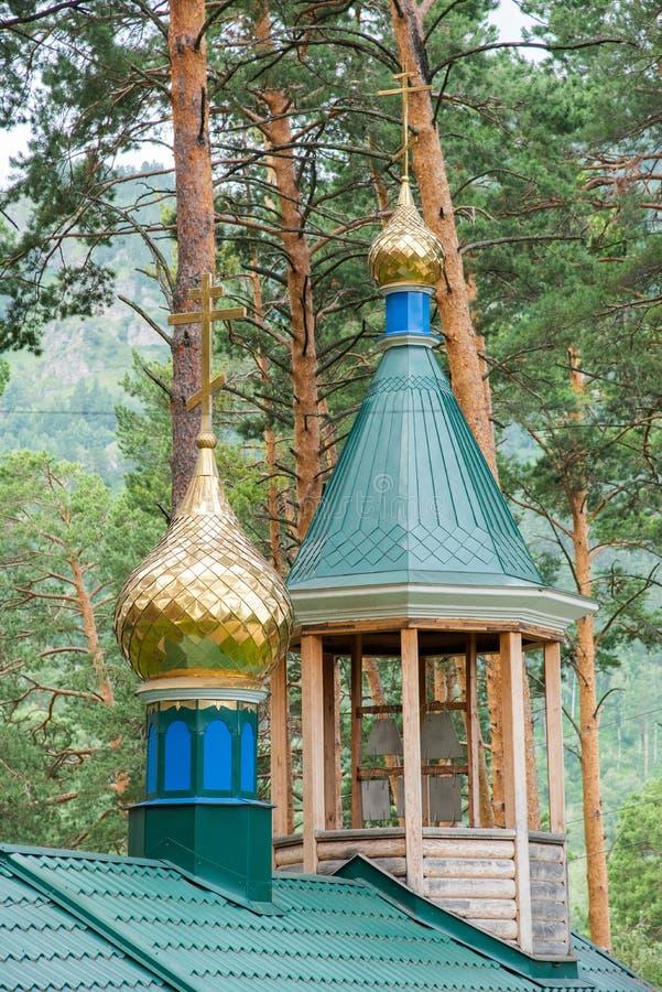 与东正教的十字架的金黄圆顶 免版税库存照片
