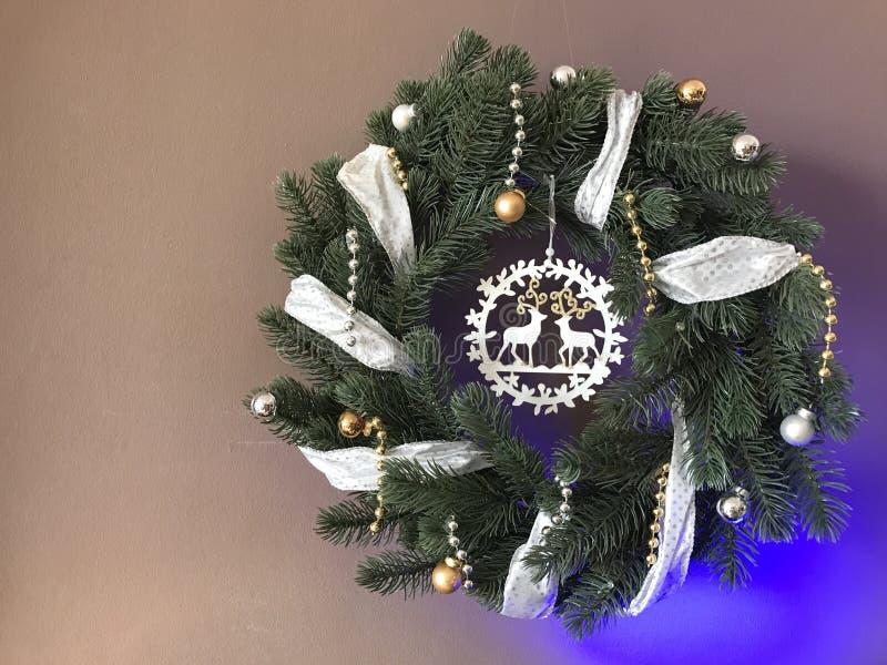 与丝带的典雅的真正的圣诞节花圈 库存照片