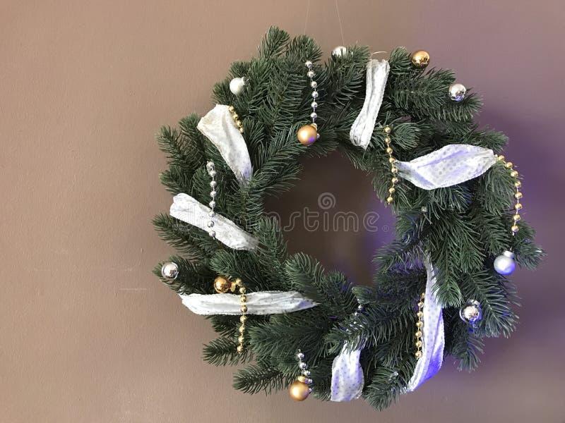 与丝带的典雅的真正的圣诞节花圈 免版税图库摄影