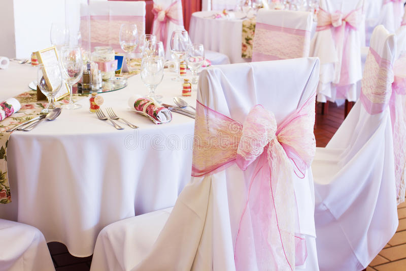 与丝带的婚礼椅子 库存照片