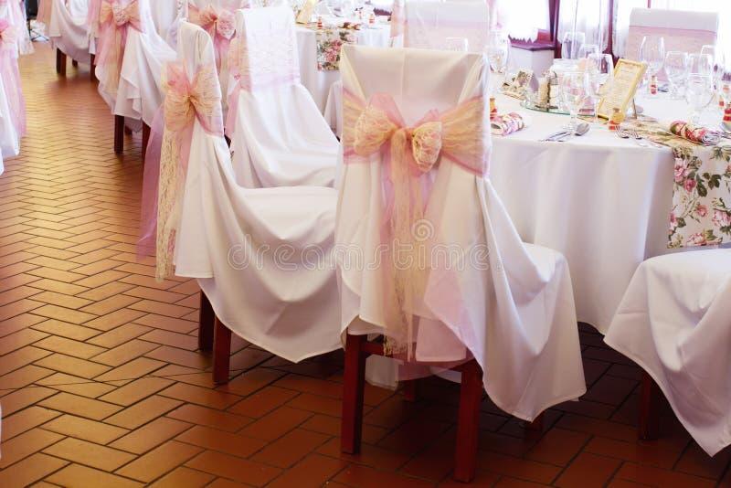 与丝带的婚礼椅子 免版税库存照片
