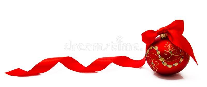 与丝带的红色圣诞节球在白色背景 库存照片