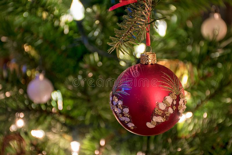 与丝带的花梢红色圣诞节装饰品 免版税库存照片