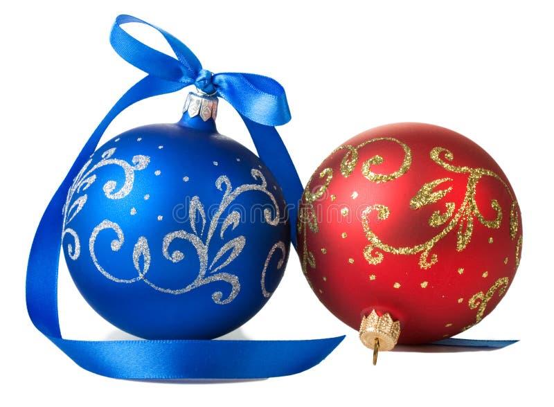 与丝带的蓝色和红色圣诞节球 库存图片