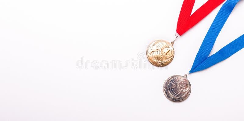 与丝带的金和银牌在白色背景 查出 免版税库存图片